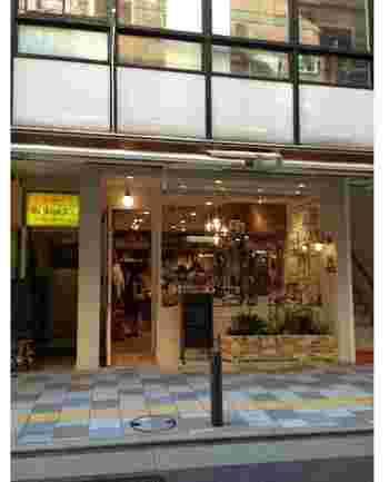 """東北から九州まで全国展開のフランチャイズ手芸店「HOBBYRA HOBBYRE」は、日本人向けにアレンジしたリバティプリントでもおなじみ。  画像は自由が丘店。駅の南口から歩いて数分のアーケード""""女神通り""""沿い、老舗洋菓子店「モンブラン」の並びに。都内ではほかに吉祥寺/新宿/池袋/町田にショップが。"""
