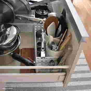 キッチンツールはワンアクションで取り出せるようにするのが、使いやすくするポイント。キッチンツールスタンドやペンスタンドで、立てる収納にするのがおすすめです。