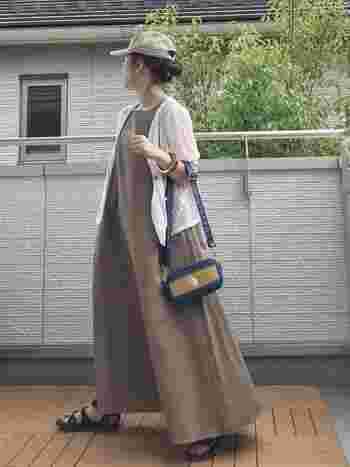 ロングのリネンワンピは旅行感もあり着ていて楽なのがうれしい。はためく裾が見ためにも華やかで、ぺたんこサンダルでも気になりません。