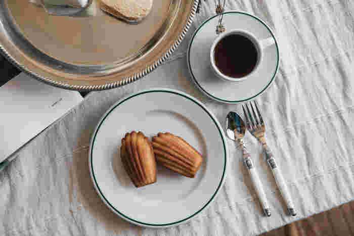 スペインのホテルなどで業務用で使われているブランドのお皿です。適度な厚みと重さが丈夫で扱いやすい。縁に入れられた濃い緑のラインが、飽きの来ないアクセントになったデザインです。