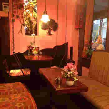 ピンクの壁で、温かくエレガントな雰囲気の店内。めずらしいブランコ席も!ゆらゆら揺れながらのティータイムに。