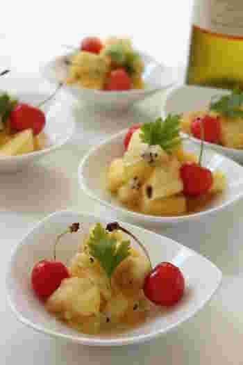 夏らしいトロピカルフルーツを使ったサラダです。塩レモンの味付けでさっぱりと食べやすく、ガラムマサラなどの香辛料がアクセントになっています。パイナップルやキウイのほかに、お好みのフルーツを追加するのもおすすめ。