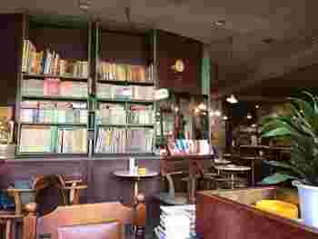 図書館のように本がずらりと並ぶ、温かい雰囲気の喫茶店。ゆったりとした時間を過ごしたくなります。都営大江戸線・練馬駅からすぐ。西武池袋線・練馬駅からも徒歩約1分。