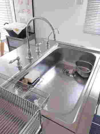 洗い物や料理で毎日使うシンクは、カルキ汚れが悩みの種。 台所仕事の終わりになるべく拭き上げるよう頑張っていても、少し油断するとせっかくの綺麗なシンクが白くくすんできてしまいます。