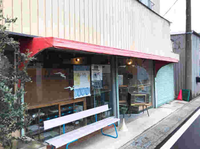 埼玉県の菖蒲町にあるカフェ「café couwa」。 どこか懐かしい、日本家屋のぬくもりを感じる素敵なカフェです。店先に立つ、昔ながらのテレビが看板代わりの目印です。