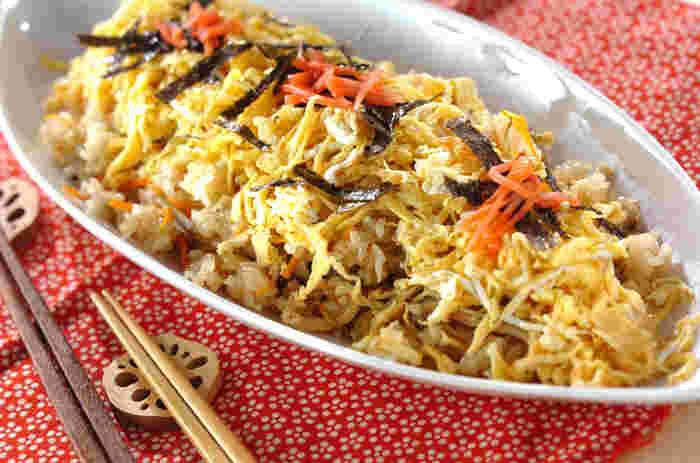 ちらし寿司を炊飯器で作ってしまうという驚きのレシピです。加熱すると酢の風味が飛びやすいので、普通に酢飯を作るときよりもすこし酢の分量を多めにするのが美味しく仕上げるポイントです。
