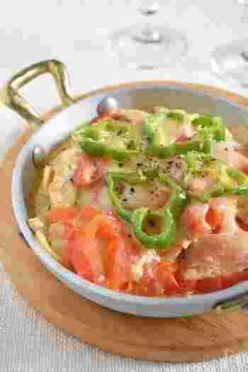 ハーブソルトとオリーブオイルで漬け込んだ鶏むね肉を使い、チーズやトマト等と一緒に焼いた洋風な一皿。凍ったままでも使えるので、解凍しそびれた時間がない時におすすめのレシピです。こちらも、鶏もも肉に変更してもOK。鶏むね肉で作るものよりも、ジューシーに仕上がります。