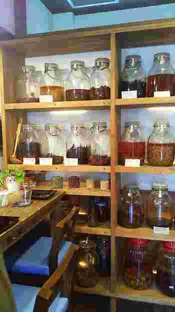 「カモシカ」で頂けるのは、微生物の生命力を活かした食事、スウィーツ、ドリンク類。地場野菜や化学肥料を使わないお米など、微生物にも人にも優しい安全な食材を用いて調理しています。 【画像は、発酵中の大きな瓶がズラリと並んだ店内。】
