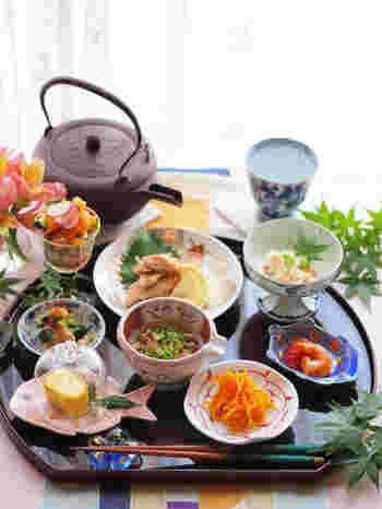 写真は、有田焼の豆皿で統一したコーディネート。同じ焼物で質感やトーンを合わせれば、色や柄などが違っていても全体的に調和がとれますね。