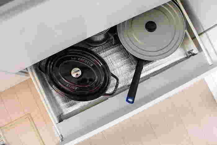 こちらのお宅のようにキッチンキャビネットの下段を使って収納することをおすすめします。ラウンドタイプに比べ、オーバルタイプは低めにつくられているため、高さのない引き出しでも収納しやすいですよ。