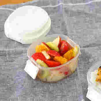 デザートとして入れたい「フルーツ」。水分が出やすいのでメインのお弁当箱と一緒にせず、小さめのお弁当箱を用意して必ず分けるようにしましょう。  お弁当に使うときは、あらかじめ仕込んでおいた【冷凍フルーツ】や、皮付きのまま持ち運べるみかんやバナナなどが◎。画像のような保冷材付きのお弁当箱があるといいですね。