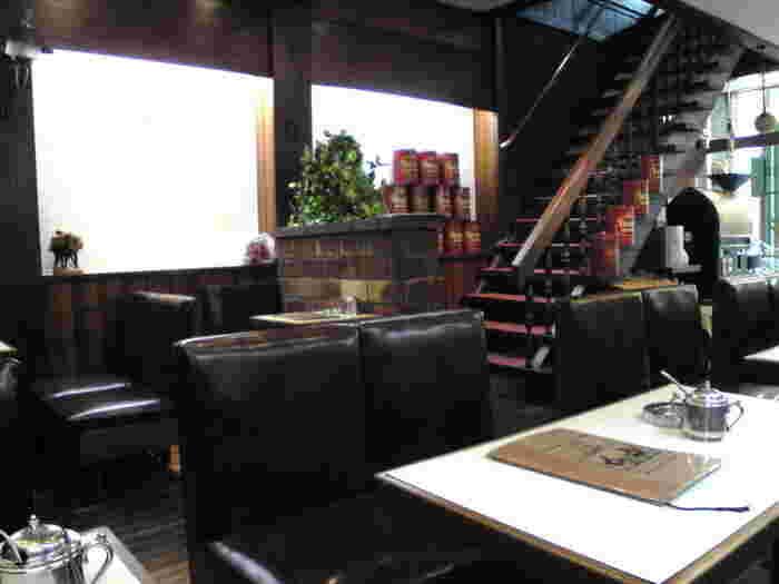 店内はテーブル席が合わせて30席程度用意されています。レトロな空間に心もほっこり癒されますね。