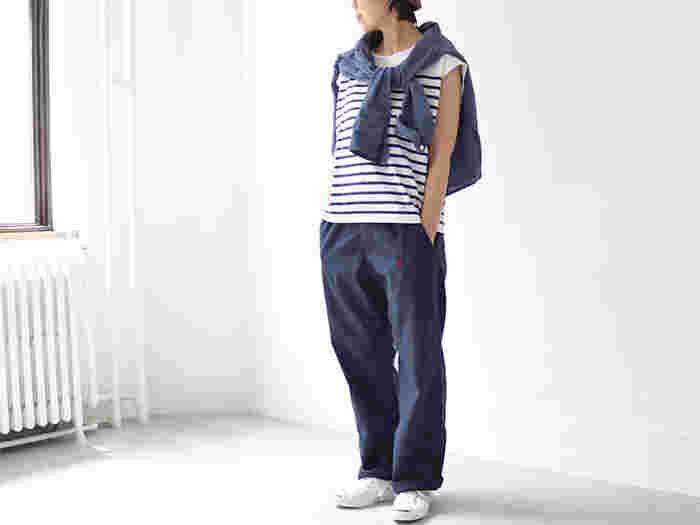 爽やかなカジュアルスタイルなら、こんな風にロングスリーブのシャツやカーディガンを肩掛けするのも素敵です。気になる肩や二の腕をカバーできるのはもちろんのこと、朝・晩の気温調節にも重宝するので旅行シーンにもおすすめです。