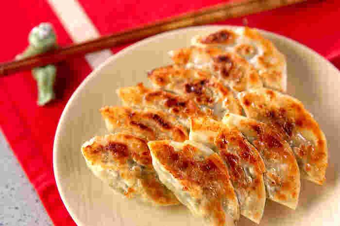 お家で作る手作り餃子って、市販のものにはない自家製の美味しさがあって、お野菜たっぷりヘルシーだし経済的だし、いいことづくしですよね。そんな手作り餃子をもっと美味しく食べるための、ちょっとした裏技をご紹介します!
