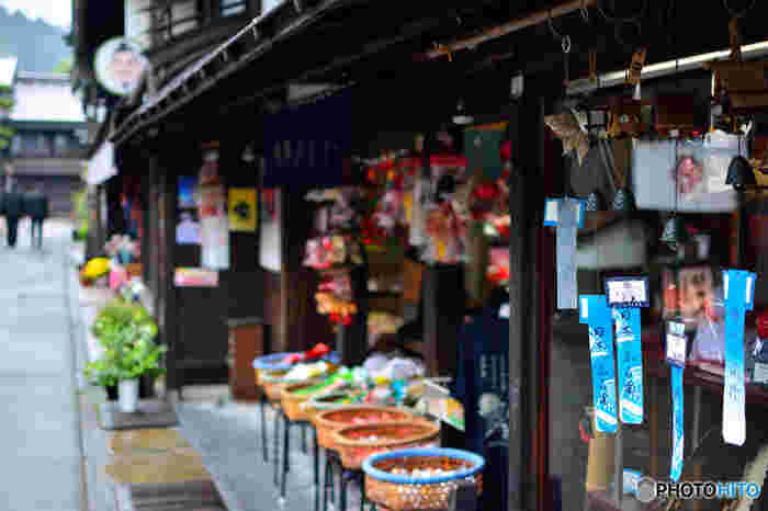 出格子の連なる軒下には用水が流れ、造り酒屋には杉の葉を玉にした「酒ばやし」が…。 町には駄菓子屋さんや伝統工芸のお店などもあり、名物の「みたらしだんご」のお店などが並びます。趣ある街並みを歩きながら美味しいグルメに舌鼓。岐阜旅ならではの素敵な思い出が出来そうですね♪