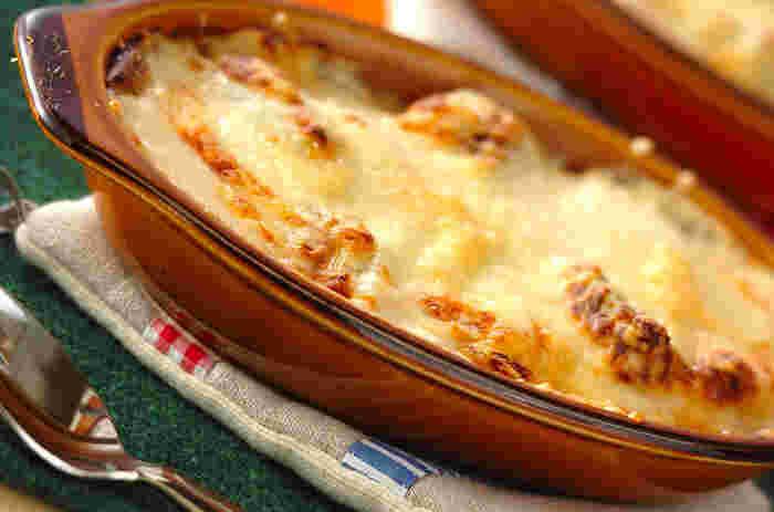 蒸し焼きにした白ネギと鮭に、味噌風味のホワイトソースをのせてこんがり焼いて。心も体もあたたまりそうなグラタン。ふうふう言いながら食べたいですね。