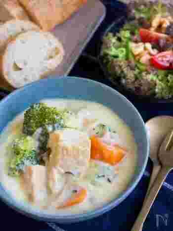 白だしで和風味に仕上げたホワイトシチュー。たっぷり野菜のほかに、厚揚げを使っているのも特徴的です。牛乳を豆乳にかえると、さらにさっぱりしそうですね。