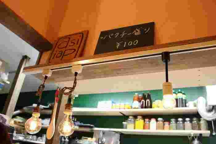 京都駅から徒歩10分。河原町七条の路地奥にある隠れ家的カフェ。鳥取産の鶏肉や豚肉を使ったカレーのお店「asipai(アジパイ)」と、コーヒー専門店「HIBICOFFEE (ヒビコーヒー)」のコラボ店で、カレーとコーヒーが一緒に楽しめるんです♪