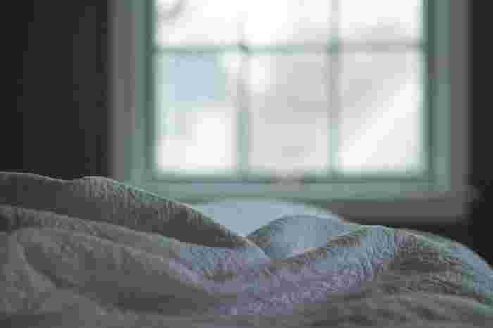 夜ヨガのいいところはたくさん! 体の癒しや血流促進、そして心に落ち着きを取り戻してくれます。  夜なので、行う時間は少しでOK。深い眠りにつくことが目的なので短時間で終わらせます。動きもゆるめなので、ポーズの完成形に囚われることがありません。  そのまま寝てしまうこともできる夜ヨガ。寝る直前まで携帯を触る習慣がある方は、ヨガで目や脳を休ませることができますね。