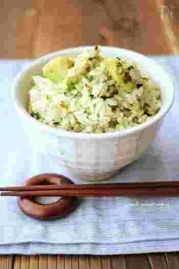 こちらはあおさを使った炊き込みご飯のレシピです。乾燥させたあおさを使うので簡単♪アボカドを合わせるところが斬新ですね。風味豊かなあおさに、とろっとアボカド、さらにごま油の風味が合わさったご飯を堪能してみてください!