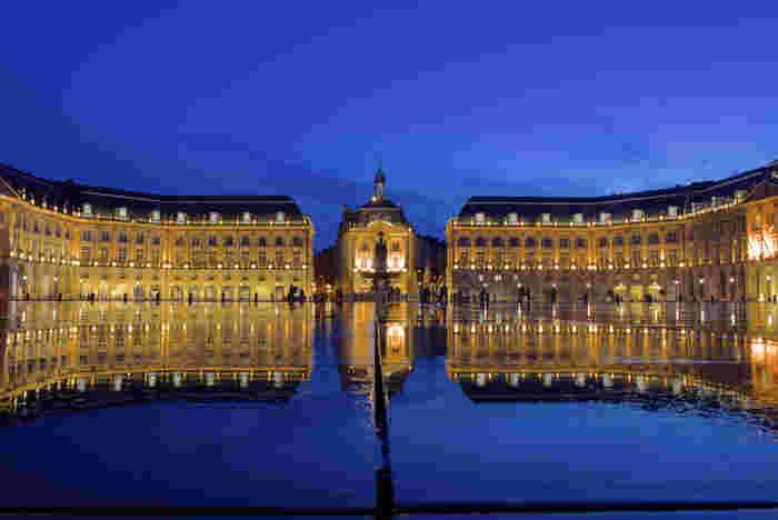 パリから電車で3時間ちょっとのところにある、ワインで有名な街、ボルドーには人口的に水鏡をつくって観光客を楽しませてくれるスポットがあるんです。ヨーロッパがいかに建物とライトの相関関係を大切にしているかがよくわかりますね。昼も夜も時間になると噴水から水が湧き出て水鏡をつくります。左右対称に光と水が織り成す夜景は、美しすぎて感動してしまうかも。