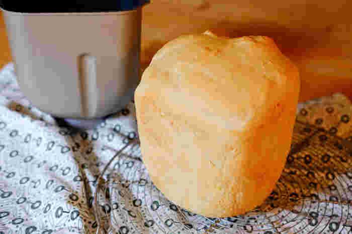 """ホームベーカリとは、材料を入れてスタートボタンを押すだけで、""""生地をこねる→発酵させる→焼き上げる""""すべての工程を自動で行ってくれるパン焼き機のことです。"""
