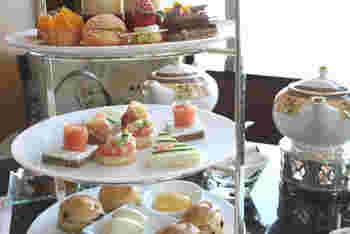 季節のスイーツなどが美しく盛られた「ヘヴンリーティー」のほか、ワンランク上の「ザ・リッツ・カールトン・アフタヌーンティー」もあります。贅沢な雰囲気の中、格式あるホテルのアフタヌーンティーが楽しめます。