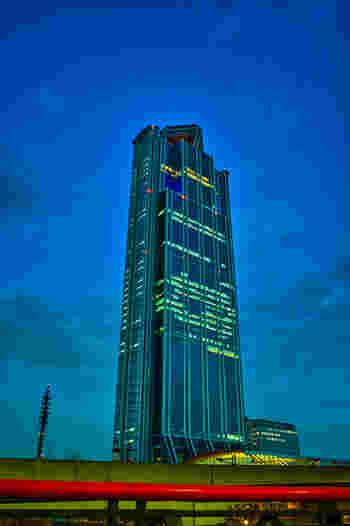 大阪湾の南側、南港(なんこう)にある人工島・咲洲(さきしま)コスモスクエア地区のシンボル的存在として海を臨む<コスモタワー>。その最上階、55階が地上252mに位置する西日本一高い展望台です。