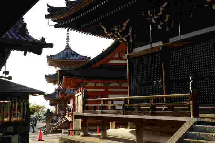 本堂までは、様々な堂宇が境内に並んでいます。「三重塔」に続く、重要文化財の「経堂」、釈迦三尊像を祀った堂内の天井部には、江戸時代の絵師・岡村信基(おかむらのぶもと)による墨絵の円龍が描かれています。「経堂」内部は、毎年2月15日の涅槃会の法要時に、「大涅槃図」が掛けられ拝観することができます。