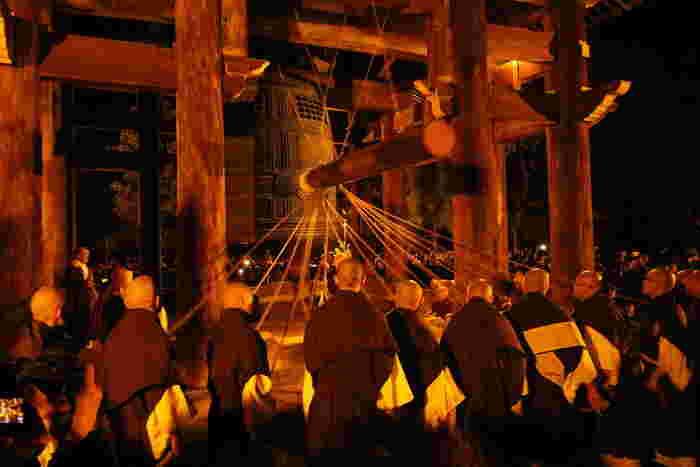 この大鐘が鳴らされるのは、毎年4月に行われる法然上人の御忌大会と大晦日。知恩院の除夜の鐘つきは、京都の冬の風物詩として有名です。知恩院へ行ったら、そのスケールの大きさを実際に観てみましょう。  【親綱1人と子綱16人で撞いている大晦日当日の様子。TVで良く紹介されているのでご存知の人も多いはず。】