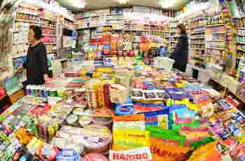 アジアの市場のように店先に所狭しと並べられた商品たち。駄菓子・海外のお菓子・チョコレート・乾物・生鮮食品にドライフルーツなどなど。多くの人のおやつ事情を支えているアメ横ならではのお店も、ゆっくり巡ってみたいですね。