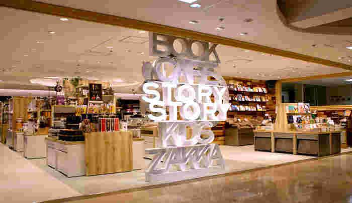小田急百貨店新宿店にある書店、有隣堂に併設されたカフェ「STORY STORY(ストーリーストーリー)」では、買ったばかりの本を片手にお食事が楽しめます。アクセスが良いので、待ち合わせや仕事の合間に立ち寄るのもおすすめですよ。