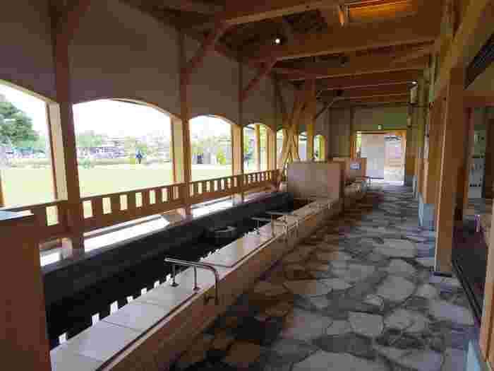 宿泊はもちろん、日帰りで楽しめる温泉も多く、えちぜん鉄道「あわら湯のまち駅」を降りてすぐの所には無料で楽しめる足湯もあります。