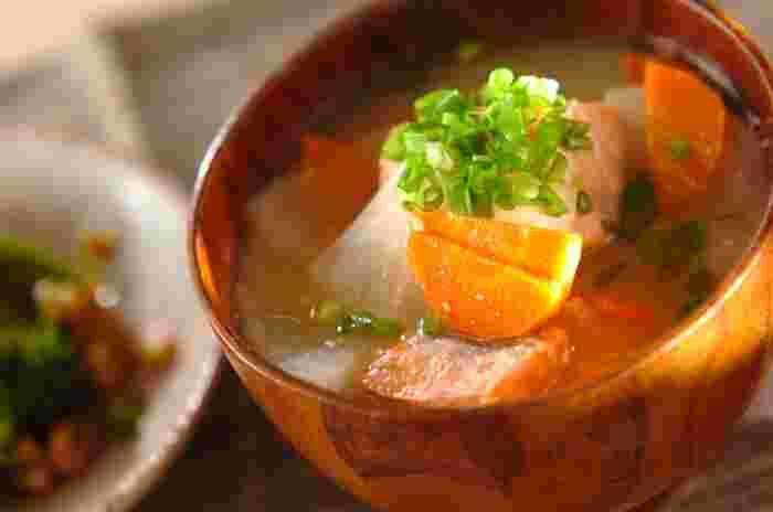 鮭、大根、にんじんが入った具沢山のお味噌汁。鮭のダシが染み出し、食べ応えも抜群です!鮭は、水洗いして皮を取ることで、魚の生臭さも気になりません。