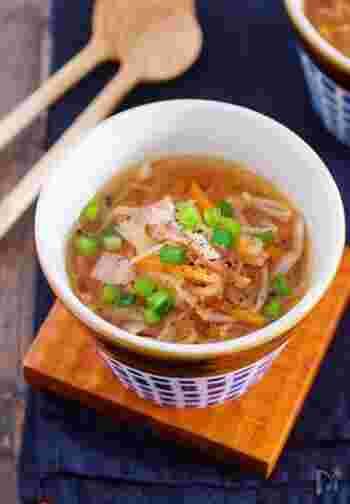 ■切り干し大根の具沢山デトックスおかずスープ プルコギとサラダに合わせたい副菜が「切り干し大根の具沢山デトックスおかずスープ」です。切り干し大根は食物繊維とビタミンが豊富でストックもきくので常に常備しておきたい食材のひとつ。切り干し大根の戻し汁も栄養価がたっぷり含まれています。切り干し大根を戻す手間なくその戻し汁ごとスープでいただけるので栄養もとれ簡単に作れるという一石二鳥のレシピです。
