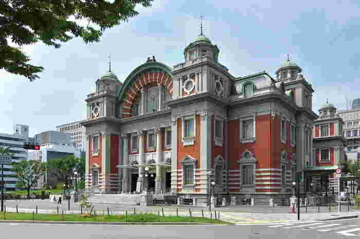中之島のランドマーク的な存在で、国の重要文化財にも指定されている「大阪市中央公会堂(旧中之島公会堂)」。1918年に竣工して以来、大阪の文化、芸術の発展に大きくかかわってきた場所です。老朽化が進んだため、大規模な改修工事が行われ、2002年には、当時を見事に再現した赤レンガの美しい姿を現しました。時間があれば、華麗な内装を見学しに、中に入ってみるのもおすすめです。土産物を扱うショップやレストランもありますので、記念に立ち寄ってみてもいいですね。