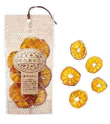 爽やかなオレンジのドライフルーツ、オレンジピールやレモンピールなど柑橘類を選ぶのもいいですよ。甘酸っぱい香りが口の中に広がり夏にぴったりの風味に。味のアクセントになっておすすめです。サマーシュトーレンのドライフルーツは、冬とは違い1カ月ほど漬け込まなくても2.3日でOK。皮ごと食べるものは、農薬が使われていない安全なものにしましょう。