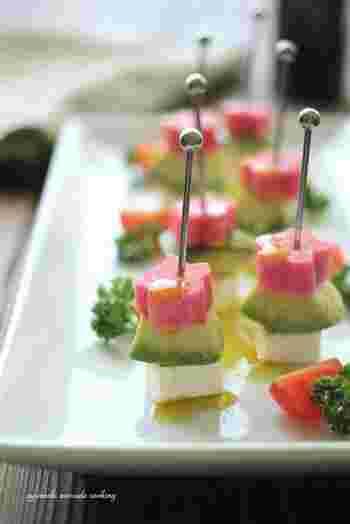 生麩のピンクに、アボカドの緑、そしてクリームチーズの白。まるで菱餅のような美しい彩りを成す3色ピンチョス。ひな祭りのテーブルに可愛い花を咲かせましょう♪