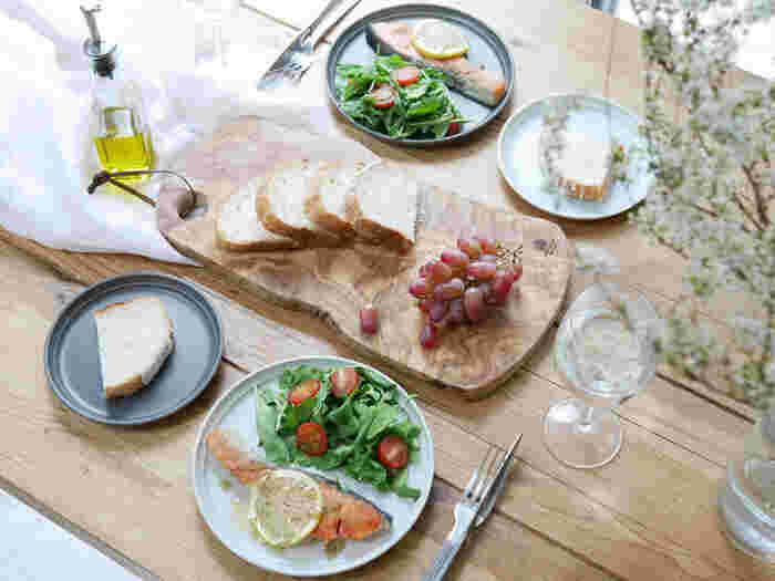 前菜や取り皿などにぴったりの「KINTO」のFOGプレート。シンプルなので、料理の邪魔をしないのがうれしいですね。価格もお手頃です。