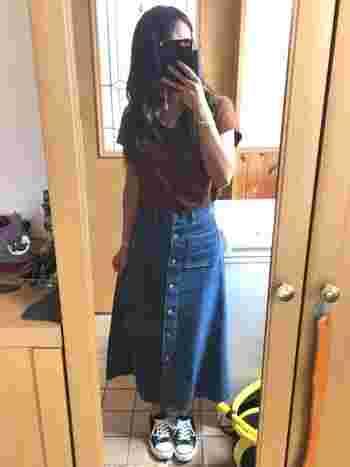 夏に真似しやすい簡単コーデ。無地のTシャツでも、フロントボタンのマキシデニムスカートなら寂しい印象にならなくて◎