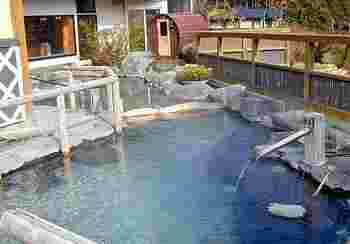 宿泊施設同様、内風呂・露天風呂ともに源泉かけ流し。pH9.5のとろみのあるお湯が身体を包みます。