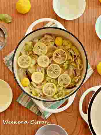 豚肉と白菜の定番ミルフィーユ鍋にごま油と柚子をプラスして風味豊かに仕上げるお鍋。白菜からたっぷり水分が出てくるので少なめの水で煮ます。最後に柚子を飾れば見た目も美しいお鍋に。
