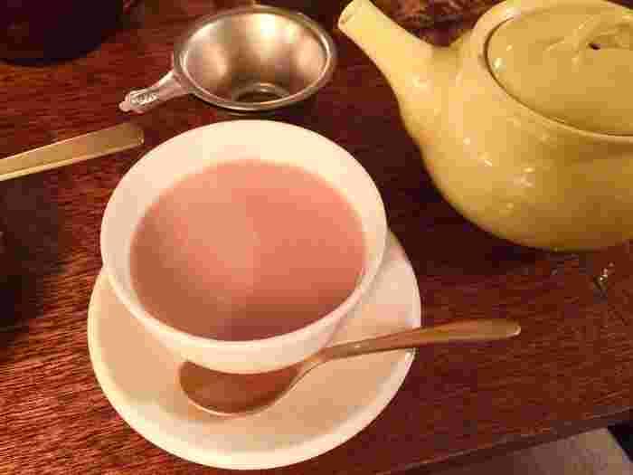 茶葉のコクを感じるお店自慢の「ミルクティー」は、通常の倍量の茶葉を使用しており店主のこだわりを感じます。お好みの量のミルクを入れるとより一層まろやかな味に変化します。厳選された上質で新鮮な<tea room mahisa>の茶葉は、ストレートティー用、ミルクティー用、チャイ用など飲み方に応じておすすめの茶葉が用意されており、お店で購入することも可能です。ちょっとしたお土産に喜ばれそうですね。