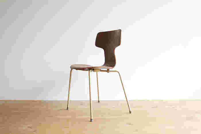 フリッツハンセンは、アントチェアが有名ですが、この椅子も素敵。  「T字」型の背もたれのカーブが絶妙。