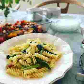 緑野菜をたっぷり使ったクリームパスタ。夏の楽しみ、枝豆も入っています。さっぱり味に見えますが、濃厚なクリームソースでリッチな味わいです。