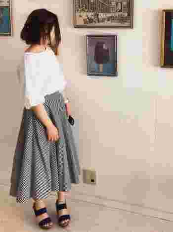 同柄のサーキュラースカートでも、トップスをふんわりお袖のカットソーに変えるだけで、よりフェミニンな印象に仕上がります!