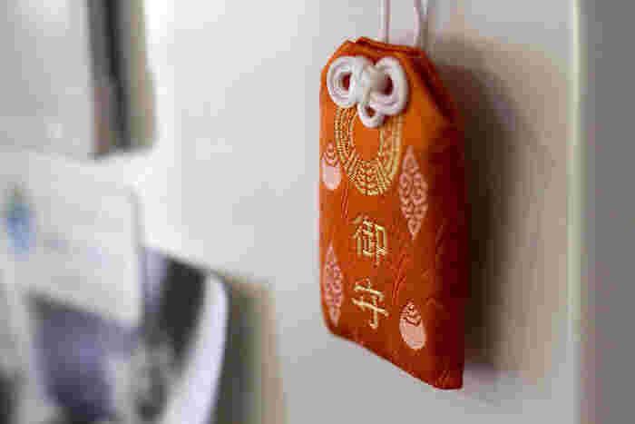 副住職の酒井智康さんによる「OMAMO」。1人ひとりの願いに応じて、日本の伝統柄それぞれが持つ意味を吟味して組み合わせを選び、祈祷を済ませたお守りです。  安産祈願の「梅」(=産め)と、魔除けを意味する「籠目」(六芒星の模様=魔除け)を組みあわせたもの。 ポップなデザイン、かわいさも話題に。  (画像はイメージです。)