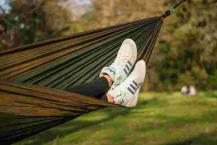 キャンプでのんびりするなら「ハンモック」は憧れですよね。ゆらゆら揺れるハンモックに身を委ねながら読書をしたり、はたまた、何も考えずにボーっと空を眺めたり。キャンプ場でレンタルしできるところも多いので、一度使ってみてから購入を考えてみても良いですね。