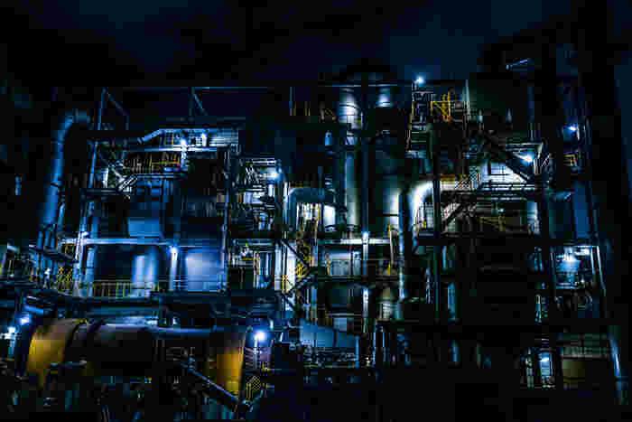 八戸火力発電所は、東北地方への電力供給を支える、天然ガス火力発電所です。夜になると、広大な発電所が、ライトを浴びて闇夜に浮かび上がり、周囲一帯は、近未来的な光景へと変貌します。