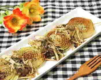 新玉ねぎに串をさして、こんがりとステーキに。炒めたえのきとまいたけを添えると、より風味豊かにいただけます。エリンギやしめじなど、いろんな種類のキノコを加えるのもおすすめです。